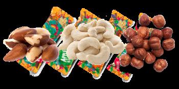 Loupané vlašské ořechy, lískové ořechy.